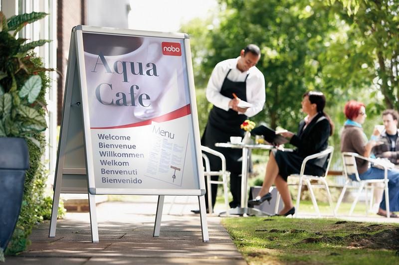 A1 Kundenstopper stehend aussen vor einem Café